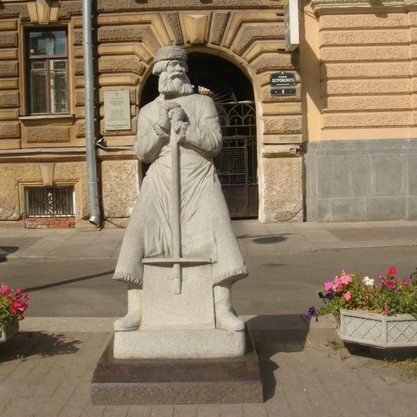 Памятник дворнику в Санкт-Петербурге на площади им. Островского
