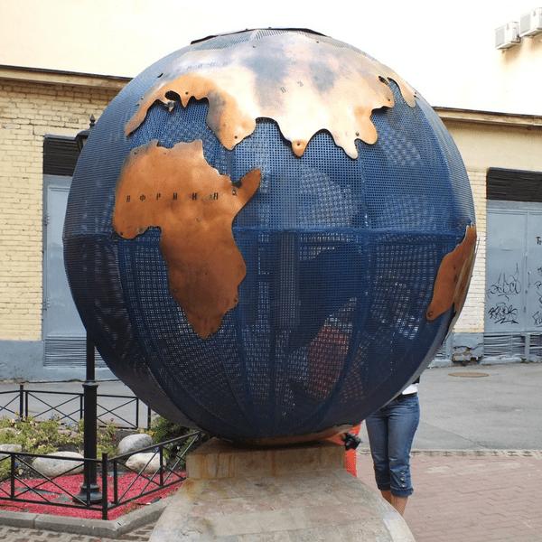 Двор с интерактивным глобусом