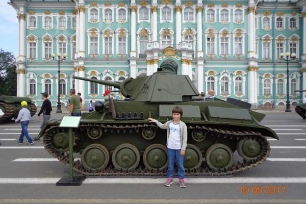 Очень необычно смотрится танк на фоне Зимнего дворца