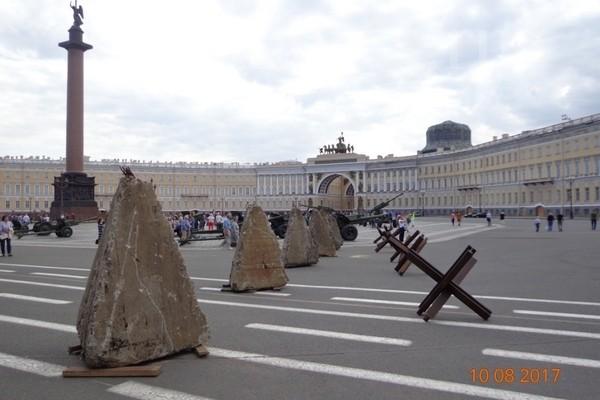 и Александровская колонна, окруженная противотанковыми ежами