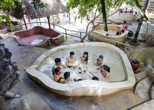Туристы в бассейне