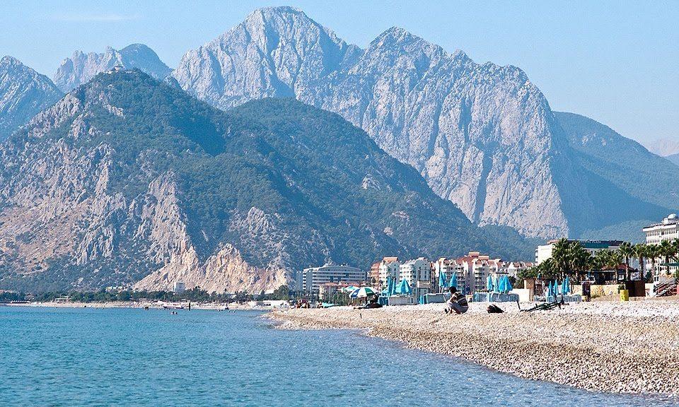 Вид на пляж Коньялты в Анталии