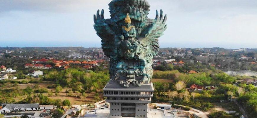 Большая статуя на Бали