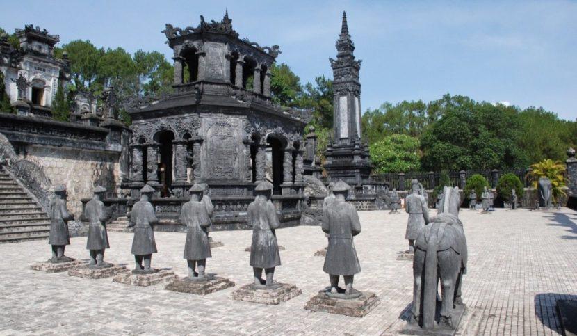 Статуи гробница Кхай Диня