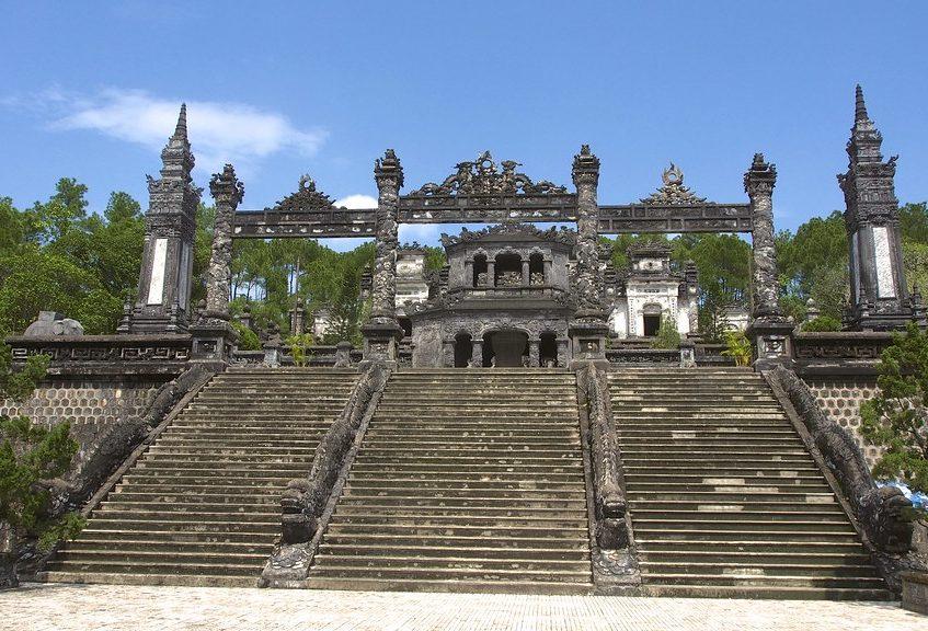 Лестница в гробницу Кхай Диня