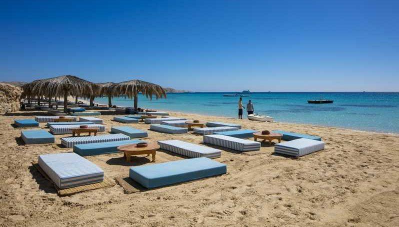 Пляж с лежаками