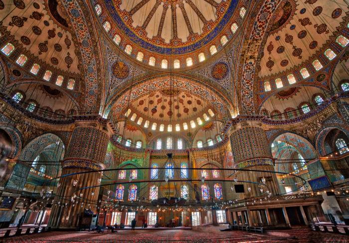 Внутри голубой мечети