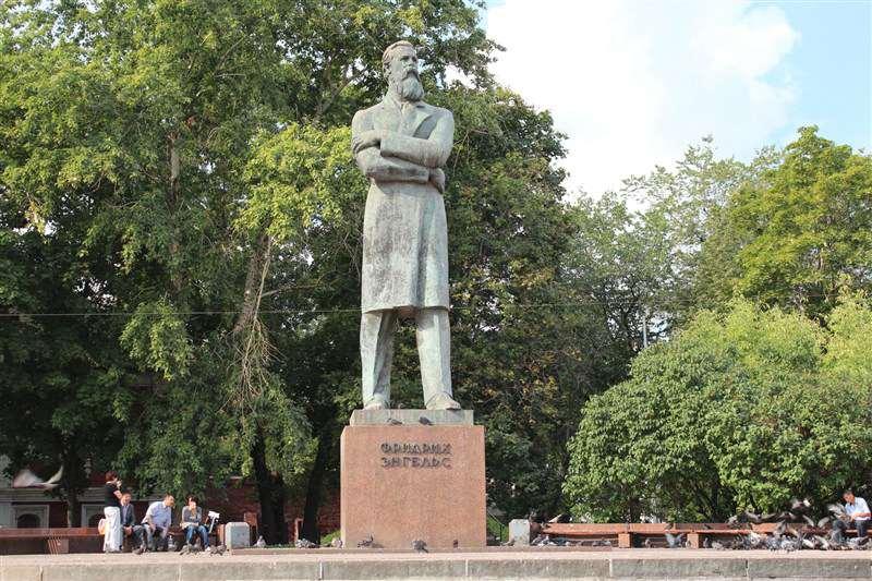 Памятник Фридриху Энгельсу