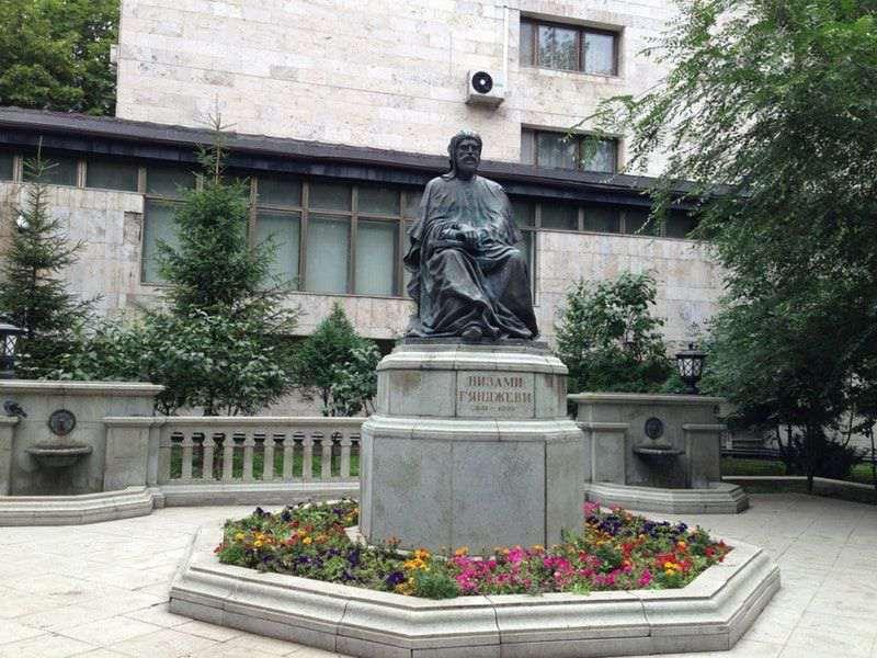 Памятник Низаме Гянджеви