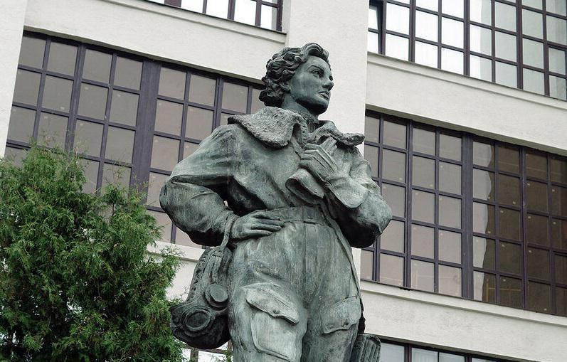 Памятник Валентине Гризодубовой