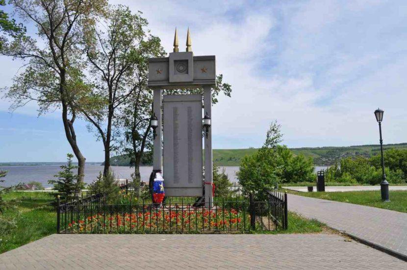 Памятник стена Коммунаров
