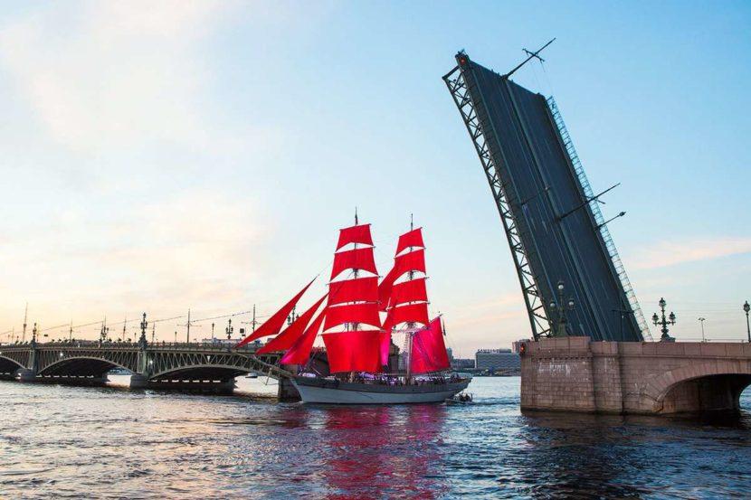 Корабль под мостом Петербург