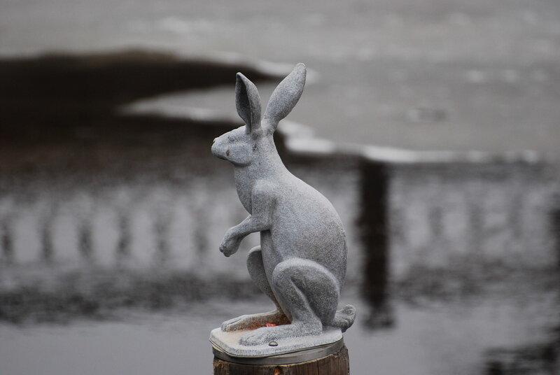 Скульптуры зайцев