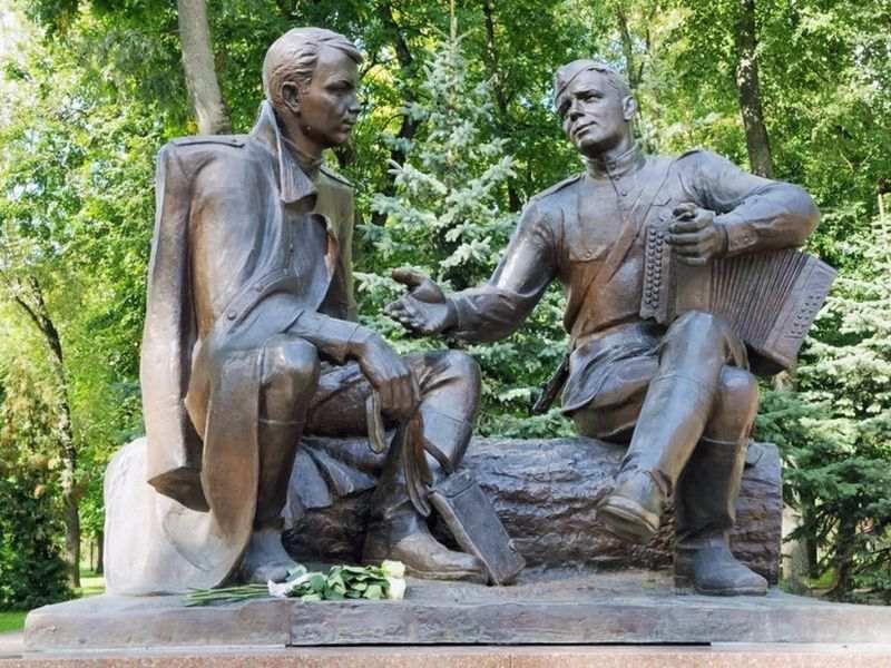Памятник Александру Твардовскому и Василию Теркину