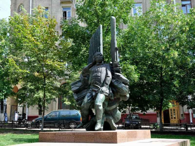 Памятник Араму Хачатуряну