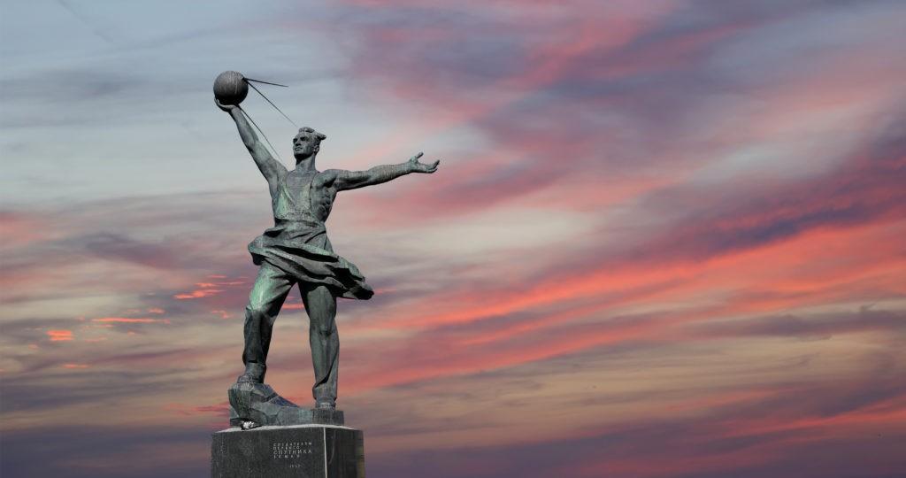 Памятник создателям первого спутника Земли