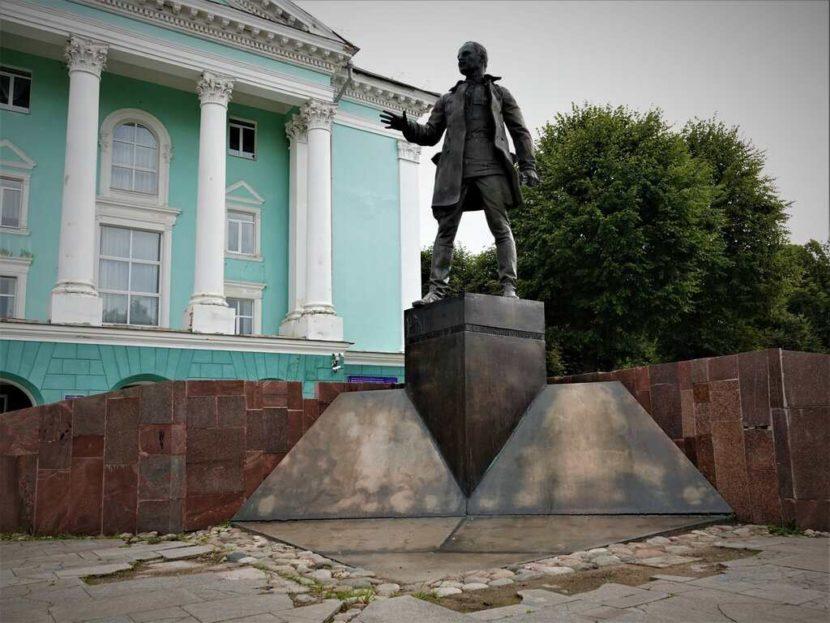 Памятник Николаю Крыленко