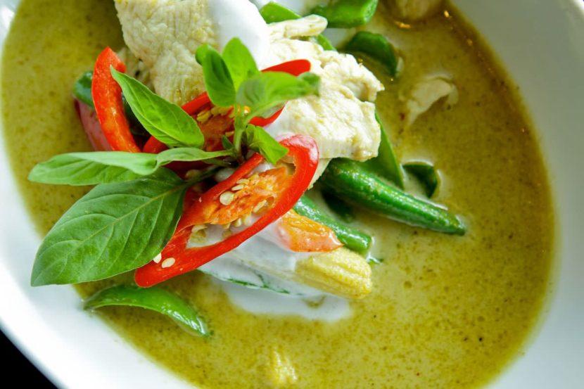 Geng kheaw wan gai (зеленый цыпленок с карри)