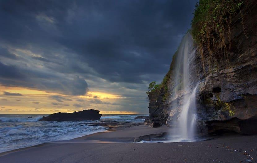 Водопад Меласти Бич