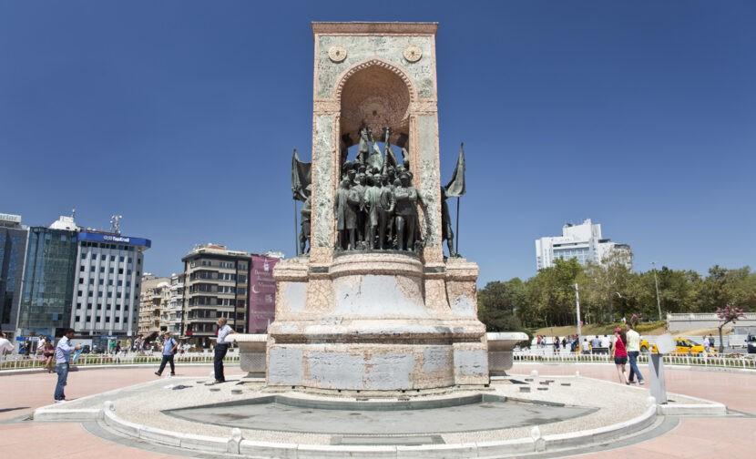 Монумент на площади Таксим