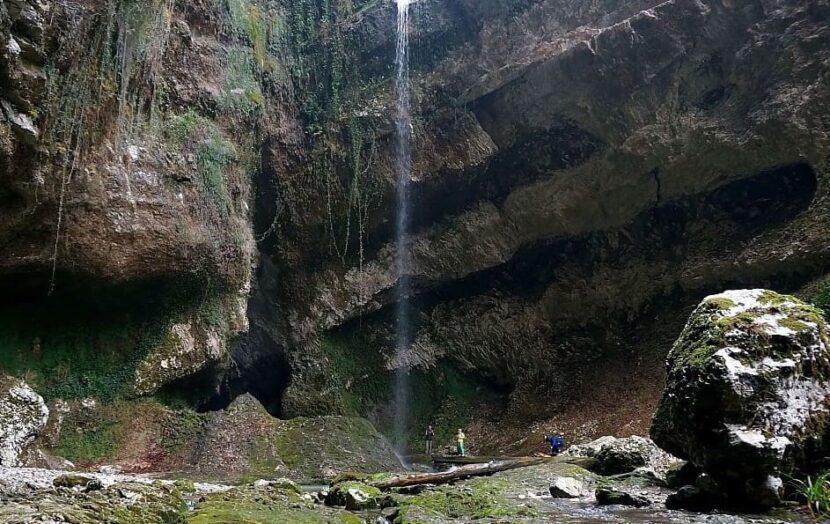 """""""Пасть дракона"""", водопад"""