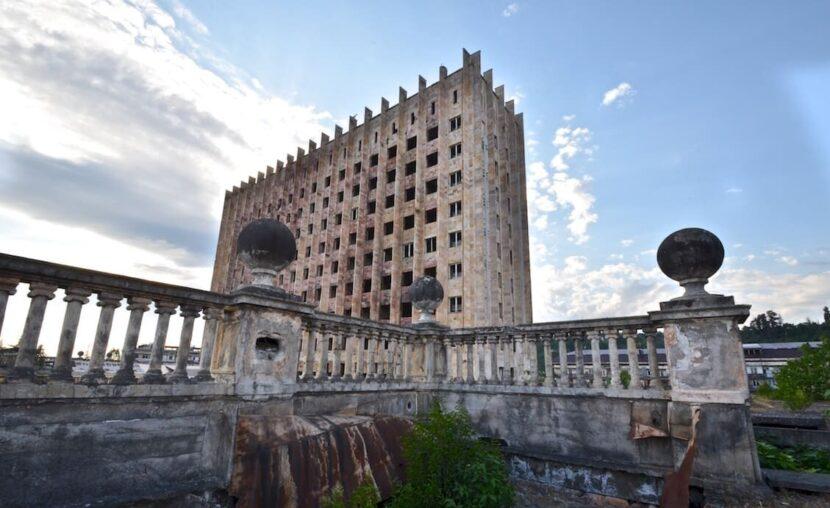 Заброшенное здание Парламена в Сухуми