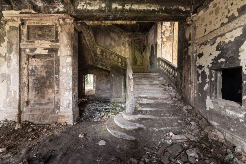 Заброшенное здание в Сухуми