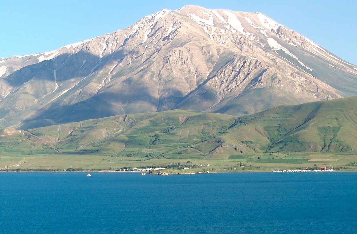 Горы на озере Ван