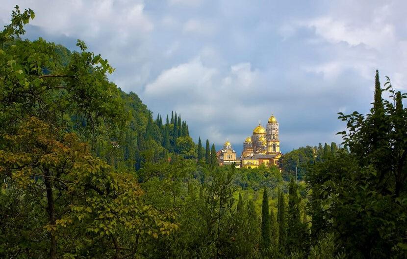 Вид на монастырь в Новом Афоне